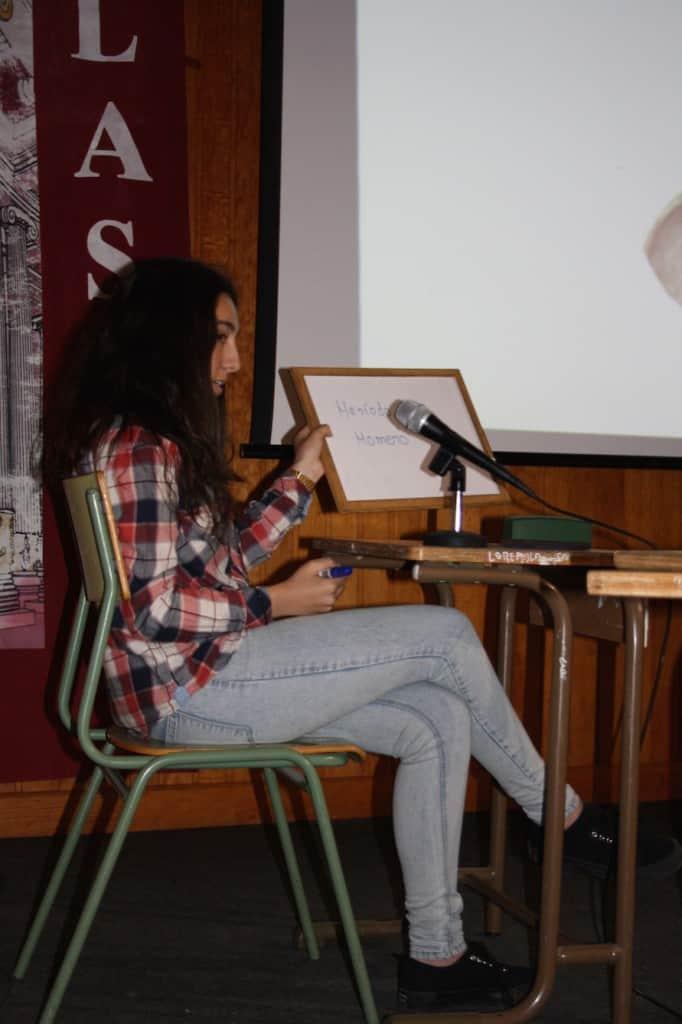 Lucía muestra la tablilla tras haberse formulado una pregunta para desempatar. Su respuesta es correcta.