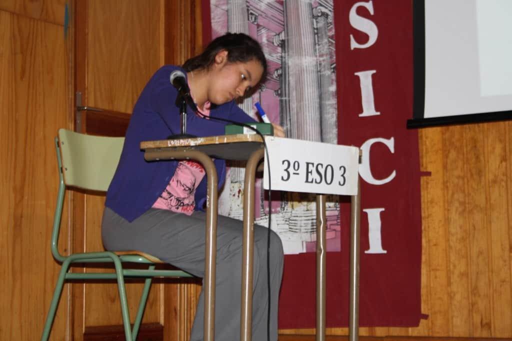 Arantxa Villegas escribe en la tablilla la respuesta a una de las preguntas de desempate.