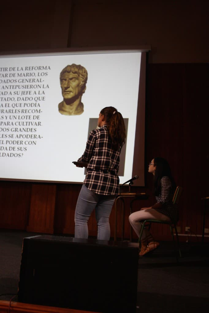 Fernanda lee atentamente la pregunta que está en la pantalla antes de responderla.