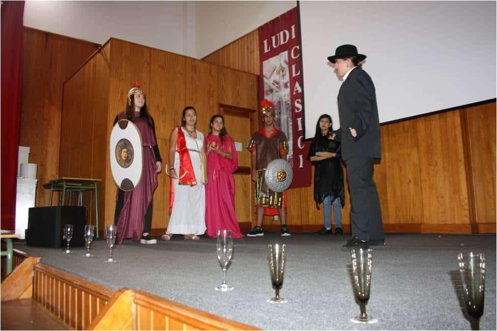 Instantánea de la representación de Los Juegos Olímpicos y los dioses griegos, realizada por alumnos del IES Alonso Pérez Díaz.