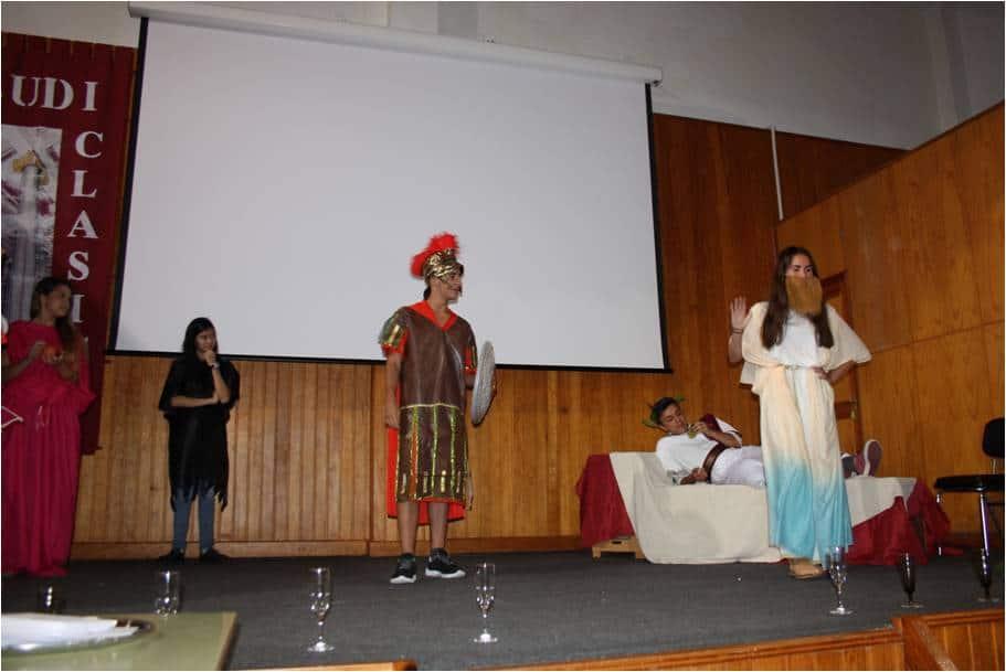 Otro momento de la representación de Los Juegos Olímpicos y los dioses griegos, realizada por alumnos del IES Alonso Pérez Díaz.